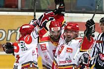 Hradečtí hokejisté znovu zdolali Ústí. Radost v podání Koudelky, Buriana a Volrába (zprava)