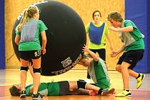 Turnaj studentů ve hře zvané kin-ball v hradecké Třebši.
