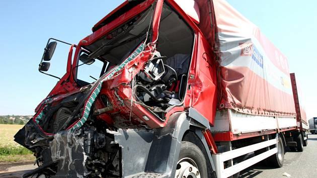 Těžkým zraněním skončil střet dvou nákladních vozidel u Libčan. 22letý řidič kamionu MAN s přívěsem podle policie jel zřejmě příliš rychle a zezadu narazil do nákladní Tatry 815. Utrpěl vážná zranění a musel být letecky transportován do nemocnice.