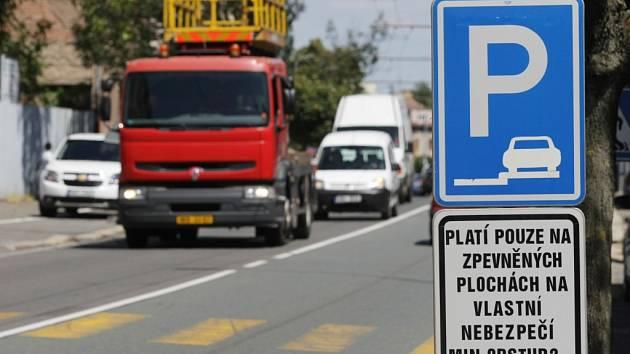 Parkovací pruhy vyznačené na chodnících na Pražské třídě v hradeckých Kuklenách.