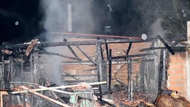 Požár dřevníku v obci Hlušice.