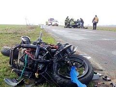 Osudný střet motorkáře s osobním automobilem u Nepolis.