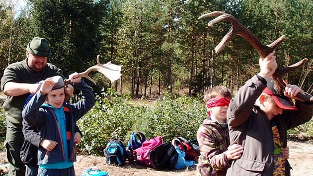 Akce žáků hradecké ZŠ Milady Horákové nazvaná Do lesa s lesníkem.