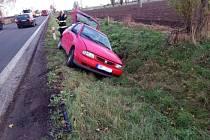 Auto skončilo v příkopě, řidiče odvezli záchranáři.
