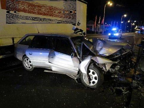 Nehoda osobního a nákladního automobilu na křižovatce Tesla v Hradci Králové.