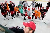 Prvoligoví hokejisté HC VCES Hradec Králové vstoupili do druhé fáze přípravy. Vyjeli na led malé haly ČEZ Stadionu