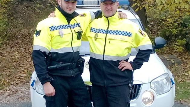 Strážníci hradecké městské policie Radek Balcárek (vpravo) a jeho syn Adam.