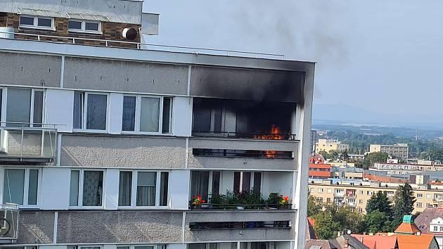 V Baarově ulici hořel byt. Hasiči zasahovali v nejvyšším patře  domu - Hradecký deník