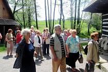 Dobrovolníci z hradeckého Sionu se seniory ve skanzenu Veselý Kopec.