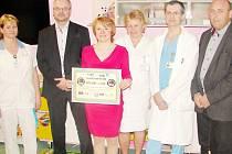 Zleva: Veronika Vavřínová (staniční sestra), Martin Zbořil (předseda OFS), Jiřina Chládková (vedoucí lékařka hematologického odd. Dětské kliniky FNHK), Jitka Nováková (vrchní sestra), Antonín Lukeš (primář Dět. kliniky FNHK) a Vladan Haleš (místopř. OFS).