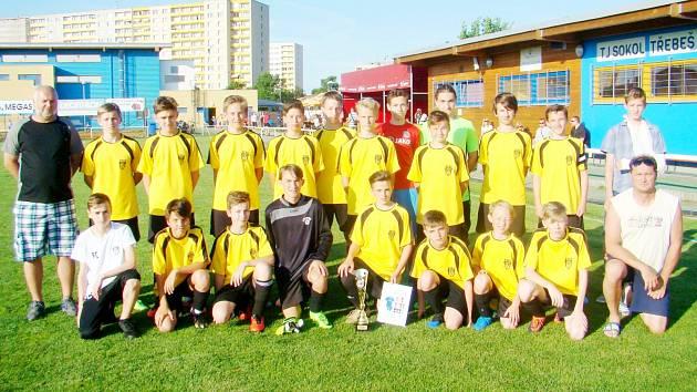Mladíci Třebše převzali pohár.