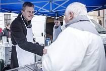 Rozdávání polévky na královéhradeckém Velkém náměstí.