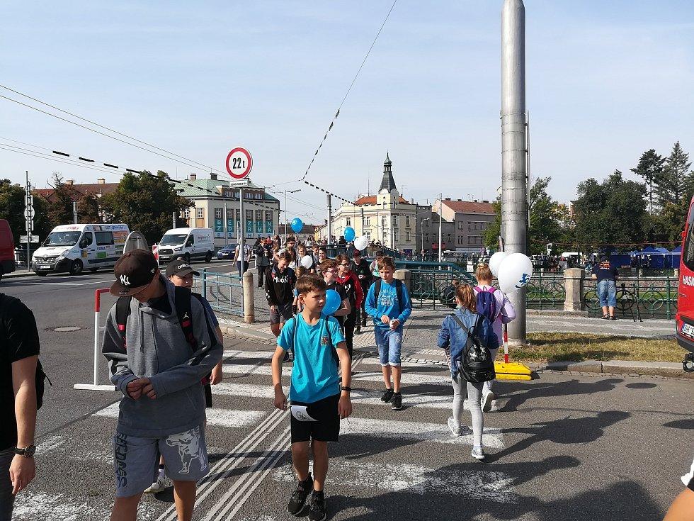 Na Bezpečné nábřeží dorazily tisíce návštěvníků. Dopoledne převládaly hlavní školní skupiny.
