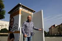 Volební zpovědnice kandidáta do senátu profesora Jaroslava Malého na Masarykově náměstí v Hradci Králové.