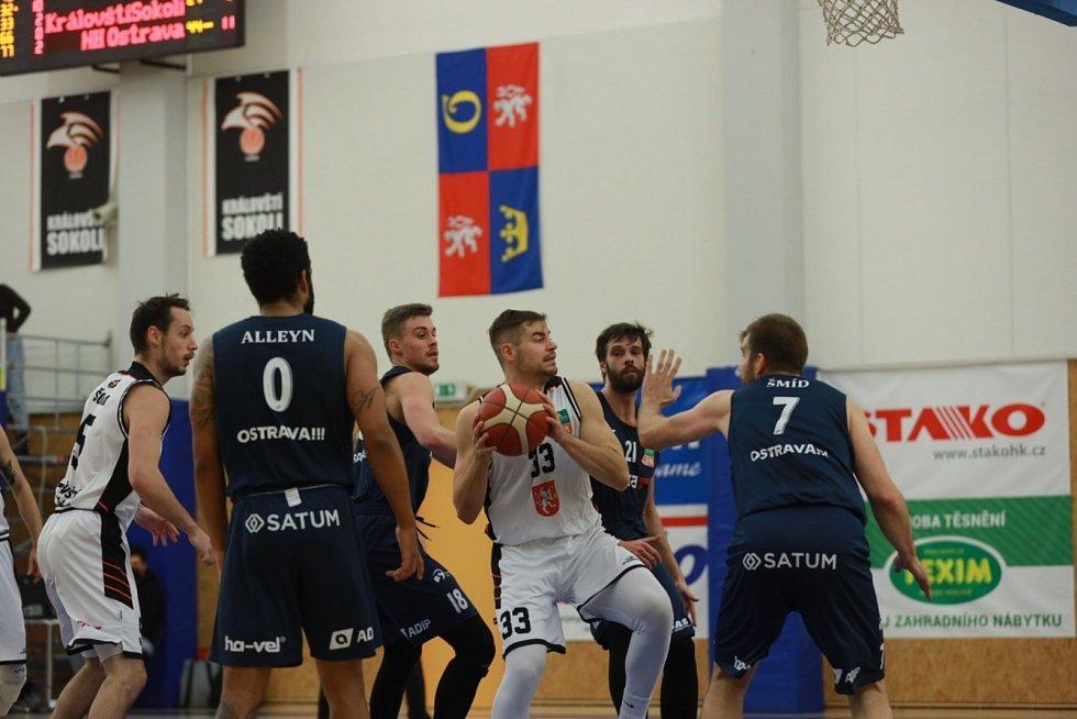 Proti přesile. Filip Halada (č. 33) během utkání s Ostravou.