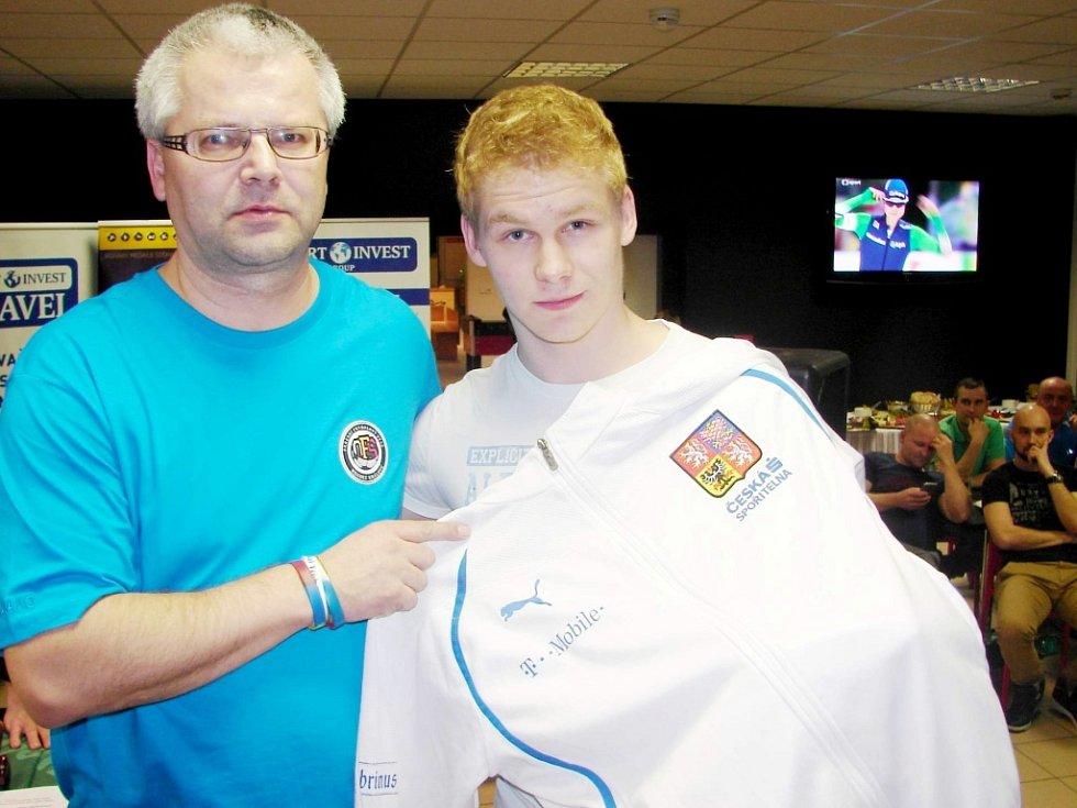 Brankář týmu Hradeckého deníku Mirek Dobřichovský získal jednu z relikvií během dražby konané po turnaji v předměřickém Bowling baru.