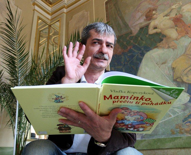 Písničkář Pavel Dobeš četl dětem z nové pohádkové knihy
