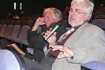 František Křelina (s mikrofonem) a Karel Rulík byli jedni z mála přítomných hradeckých architektů