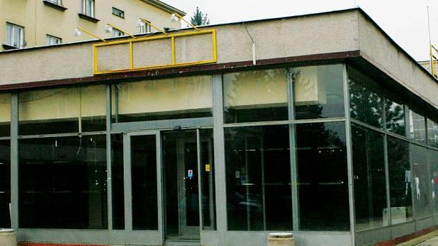 LABE CHÁTRÁ. Bývalá prodejna v Labské Kotlině se má změnit v bar s hernou. Obyvatelé čtvrti i město jsou proti.