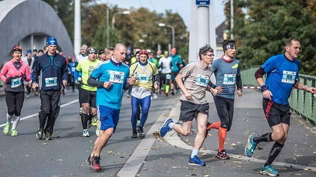 Maratonští běžci v královéhradeckých Malšovicích.