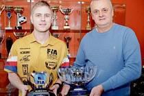 Michal Matějovský a jeho otec Stanislav pózují s trofejemi evropských šampionů, které od sebe dělí čtrnáct let.