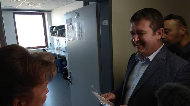 Minist Jan Hamáček si jako dárek odnesl sadu na test DNA.
