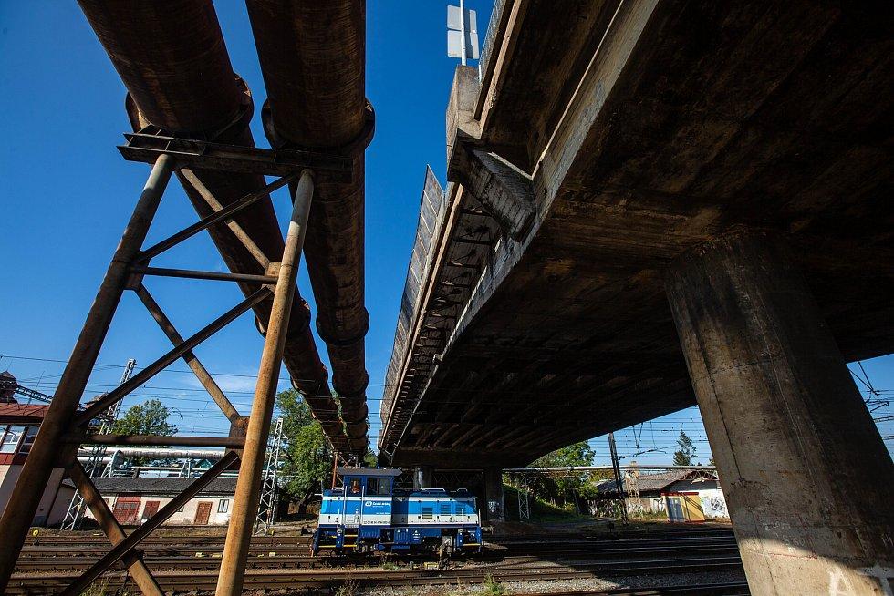 Nadjezd u hradeckého nádraží je ve špatném technickém stavu, proto na něm bude uzavřen jeden jízdní pruh.