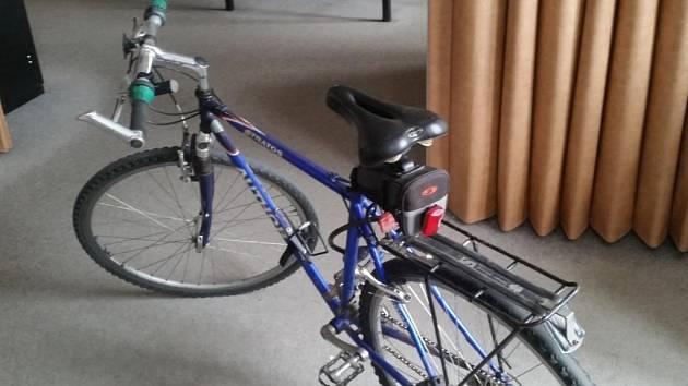 Pátrá se po majiteli kola, které bylo nalezeno v záhonu kytek.