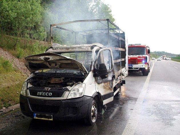 Požár dodávkového automobilu na dálnici D11.
