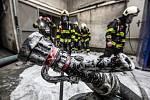 Požár lakovny ve Smiřicích likvidovalo sedm jednotek hasičů.