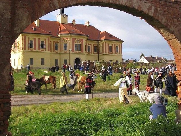Sloupno. Dne 20. 10. 2007 proběhla v areálu sloupenského zámku rekonstrukce historické bitvy pod
