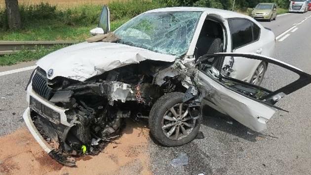 Vážná nehoda u Lochenic: Sedm zraněných a škoda půl milionu korun