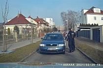 Zdrogovaný řidič před strážníky couval marně