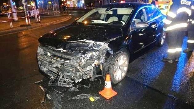 Dopravní nehoda dvou osobních automobilů na křižovatce Střelecké ulice a třídy Karla IV. v Hradci Králové.