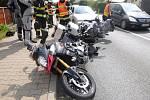 V Blešně se srazily motocykly s autem.