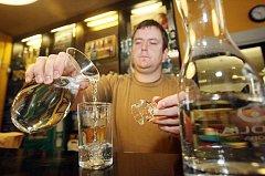 Voda z kohoutku na nápojovém lístku v restauracích? V některých zemích běžný jev se začíná rozšiřovat už i v Hradci.