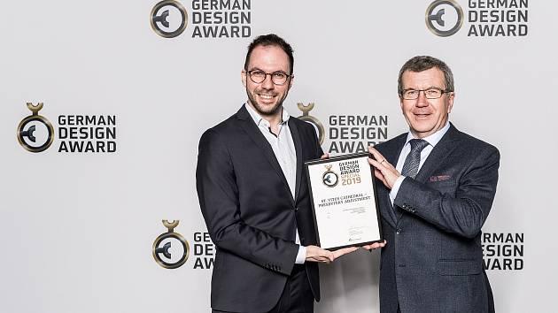 Architekti Jiří Krejčík (vpravo) a Michal Krejčík při přebírání ocenění German Design Award 2019 - Special Mention. Jejich studio jej získalo za za architektonický návrh úprav interiéru presbytáře v katedrále sv. Víta, Václava a Vojtěcha v Praze.