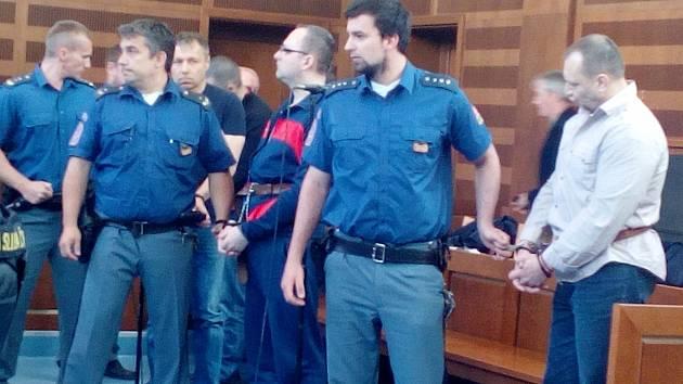 Eskorta odvádí z jednací síně (zprava) Mykolu Zadubu, Jaroslava Holovku a Juraje Chabadu.