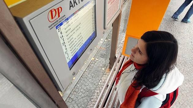 Zkušební informační tabule s aktuálními příjezdy časově nejbližších linek MHD je umístěna na zastávce u Adalbertina.