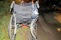 Invalidní vozík po střetu s automobilem.