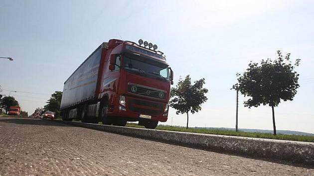 V srpnu se začal opravovat úsek hradecko-chlumecké silnice I/11 mezi obcemi Obědovice a Kratonohy.