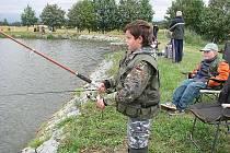Dětské rybářské závody na rybníku Šárovec v Třebechovicích pod Orebem.
