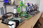 Škola aplikované kybernetiky shání 3D tiskárny i plexisklo.