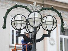 Instalace vánoční výzdoby v centru Hradce Králové.