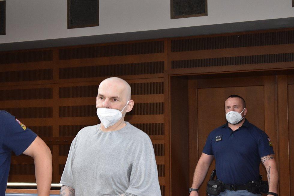 Obžalovaný Petr Mokriš u Krajského soudu v Hradci Králové.