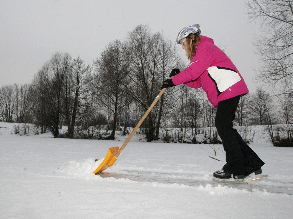 Bruslení na zamrzlé hladině rybníka.