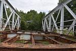 Starý most plukovníka Šrámka je po třech let v trávě na louce v zoufalém stavu.