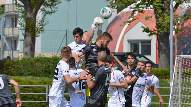 Fotbalisté Hradce (v černém) už zase hrají zápasy. Souboje s hráči Líšně byly někdy urputné.