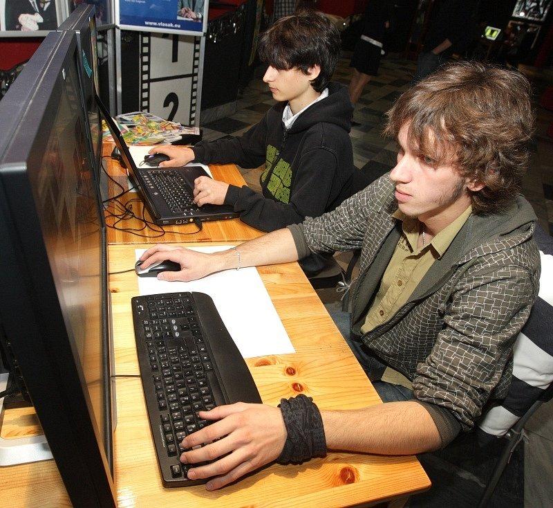 Nultý ročník filmového festivalu aplikované kybernetiky (studenti střední školy aplikované kybernetiky v HK předváděli počítačová kouzla ve filmové tvorbě a promítali vlastní filmy, reklamy a videoklipy).