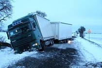 Humburky: Nehoda kamionu na namrzlé vozovce